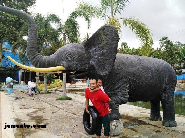 foto bareng patung gajah