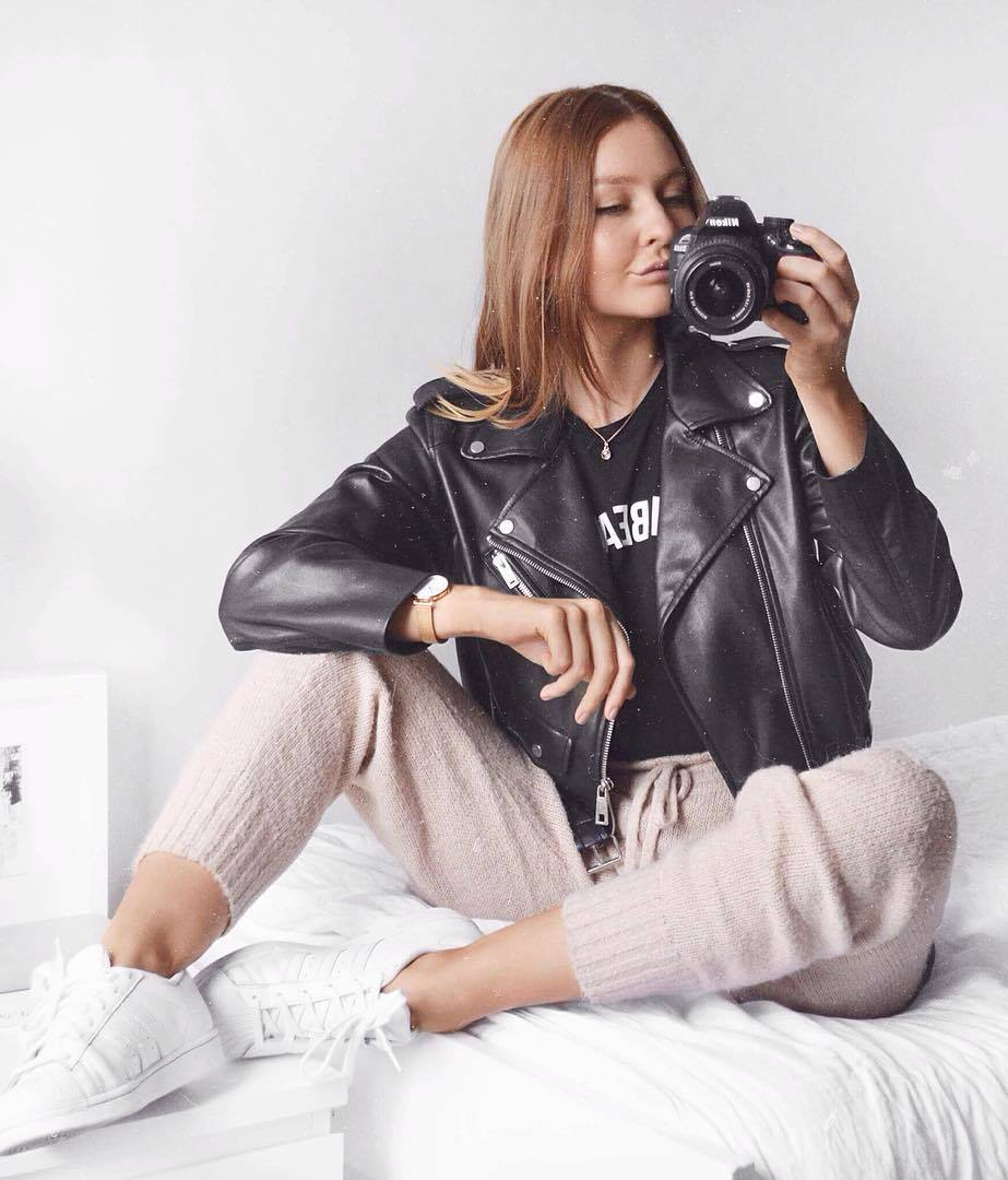 comfy fall outfit / white sneakers + pink knit pants + leather moto jacket + top
