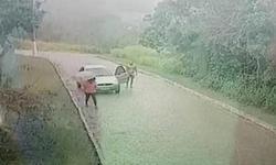 Γυμνός άνδρας κυνηγάει μία γυναίκα μέσα στη βροχή για να τη βιάσει (βίντεο)