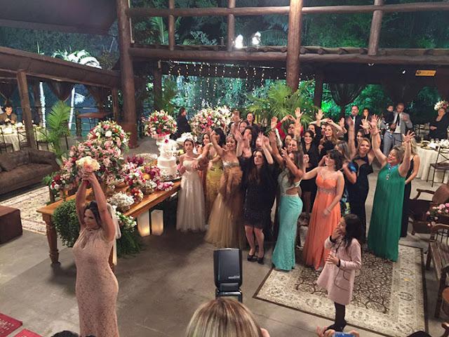 Gretchen  casamento com Carlos vestido noiva jogando o bouquet
