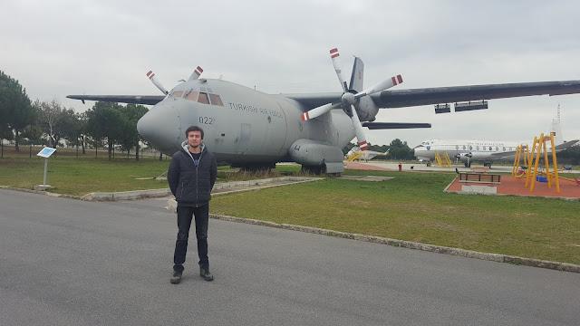 Harun İstenci C-160 Transall Türk Hava Kuvvetlerine ait TC 69-022 tescilli uçağın önünde. İstanbul Havacılık Müzesi.