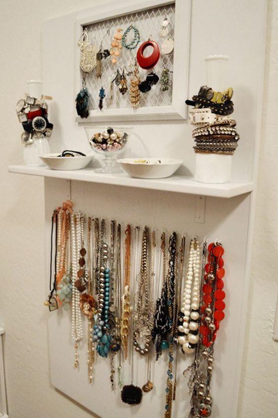 Moldura e tela aramada, pratos, garrafas e ganchos, prateleira. Tudo montado em painel de madeira Ideias para organizar bijuterias