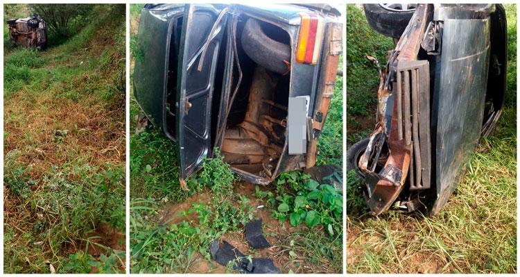 O veículo capotou após colidir conta a proteção da via