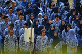 Ketika mengikuti upacara Hari Guru di lapangan kantor Kemendikbud Senayan