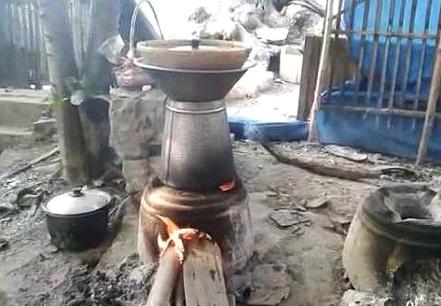 Proses Masak Nasi Tradisional Dengan Menggunakan Hawu Tungku Api Langseng Dan Aseupan