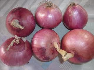 Foto de seis cebollas enteras