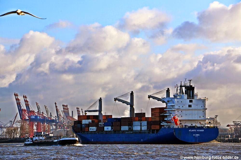Blick auf die Elbe und die vorbeiziehenden Schiffe am Jenischpark