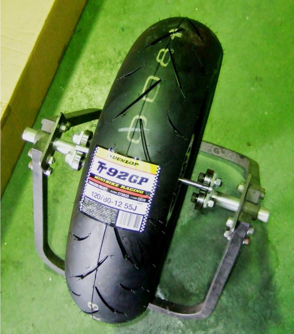 XR100モタードのホイールバランス取り、あえて今回はレーシングホイールバランサーでバランス取り、機械で測定するより結構正確に測定出来ます。