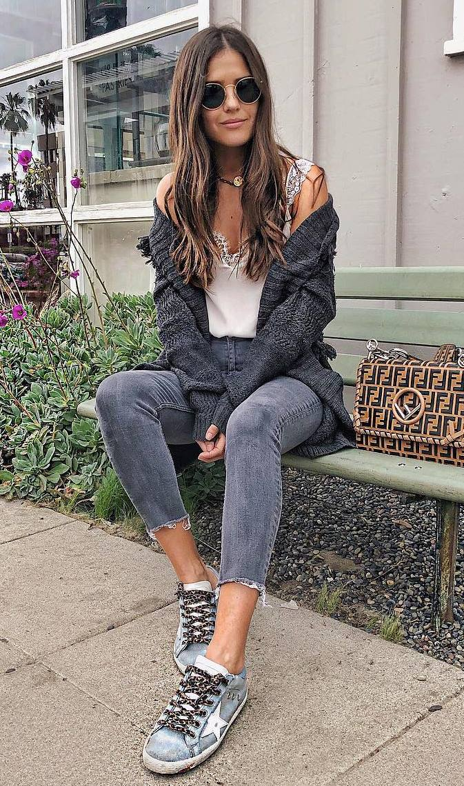 how to wear a cardigan : white top + skinny jeans + sneakers