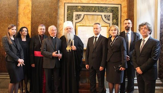 Papst bekam aus Mazedonien Tiara geschenkt