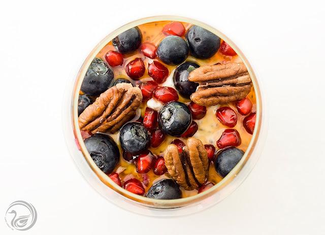 Jogurt z chia, owocami i orzechami