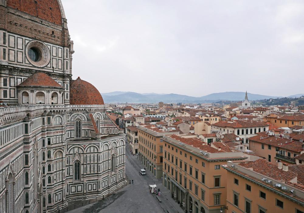 Une partie de la façade du Duomo de Florence vue du Campanile