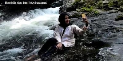 photo selfie wanita berjilbab di wisata alam