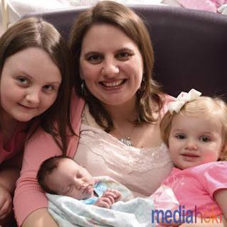 """Lakukan Operasi Darurat, Bayi Mungil Ini Selamat Setelah Lahir """"DUA"""" Kali."""