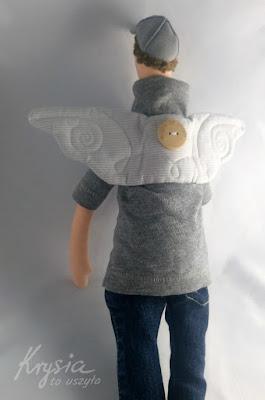 Krysia to uszyła - anioł rozrabiaka widziany z tyłu z krysiowym guziczkiem