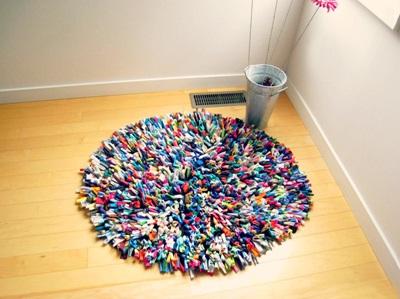 Karpet atau keset terbuat dari kain t-shirt / kaos bekas.
