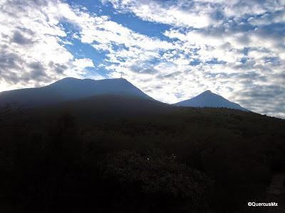 Pico de las Antenas y Pico Norte del Cerro la Silla visto desde el camino al Teleférico