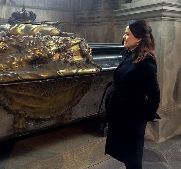 Princess Sofia visited the Riddarholm Church and the Treasury together with the department of public activities. The Princess is standing right next to Karl XII's grave in the Riddarholm Church.