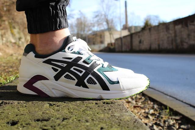 Ein Sneaker am Fuß eines Mannes - Asics Gel-DS Trainer OG
