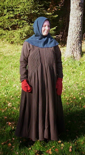 http://evashistoricalcostumes.blogspot.se/p/a-late-14th-century-womans-gown-from.html