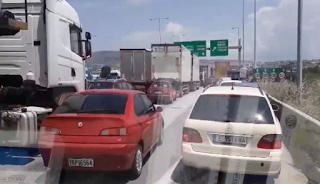 ΙΧ και φορτηγά πάνω στη ΛΕΑ στην Θεσσαλονίκη μπλοκάρουν ασθενοφόρο! (video)