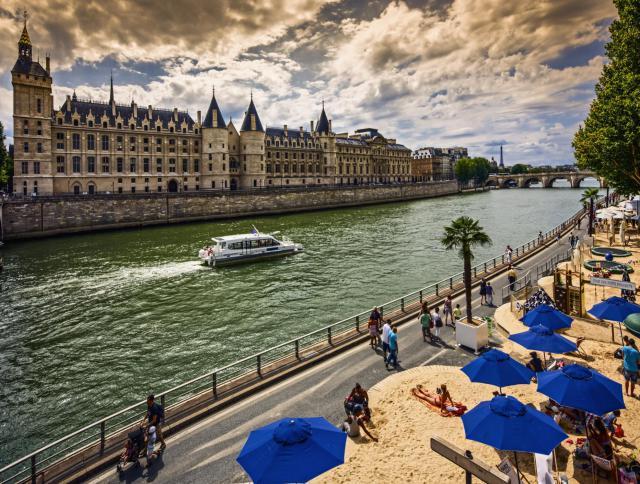 Passeio pelo Rio Sena em Paris em Julho