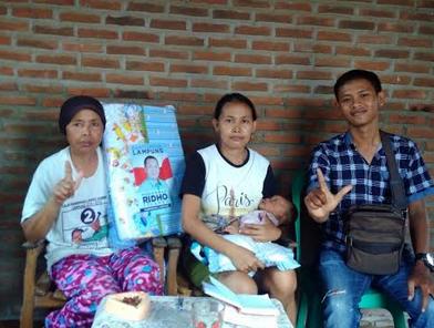Gubernur Ridho Beri Bingkisan Kelahiran Untuk Keluarga Kurang Mampu
