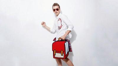 Hombre modelando con mochila roja