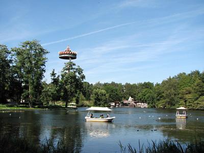 De Gondoletta bootjes met op de achtergrond de vliegende Pagode