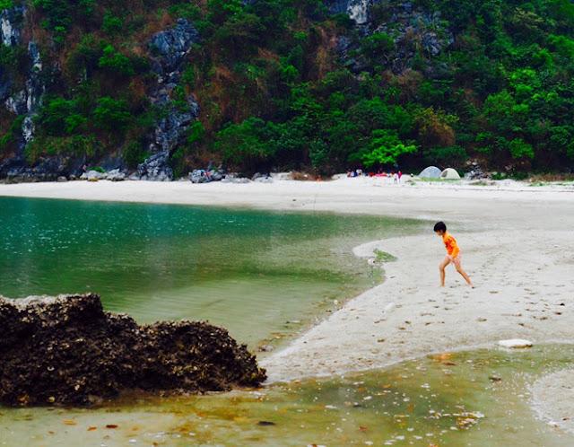 tắm biển dạo quanh trên hoang đảo Mắt Rồng