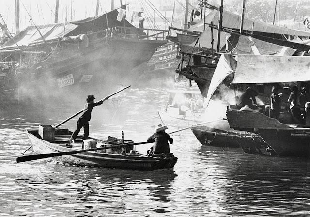 "Foto: Yau Leung - ""Aberdeen"", 1963. // imagenes chidas, historicas, bellas, old hong kong, blanco y negro, cool pictures, vintage photos."