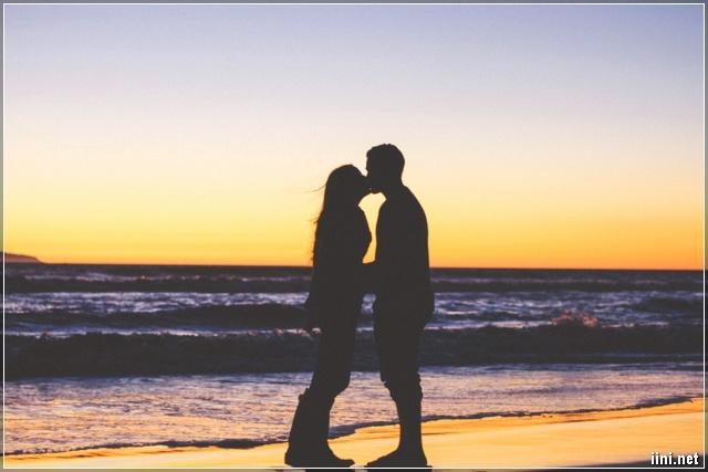 ảnh hôn nhau trước biển