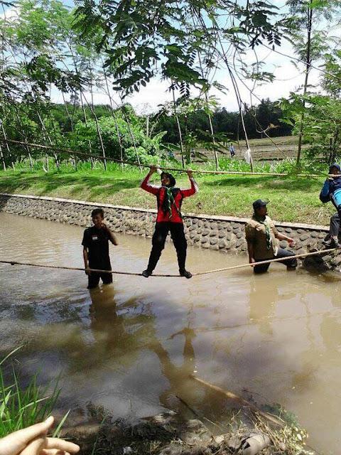 Latihan ketangkasan berjalan diatas air yang terbentang diatas sungai