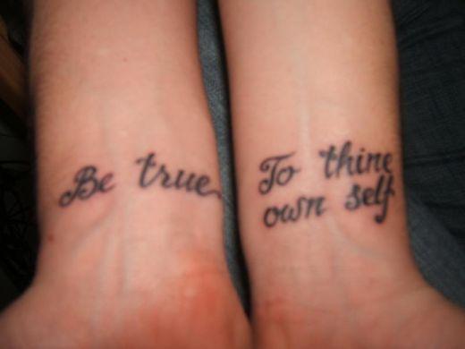 Tatuagens femininas delicadas - palavras  no pulso