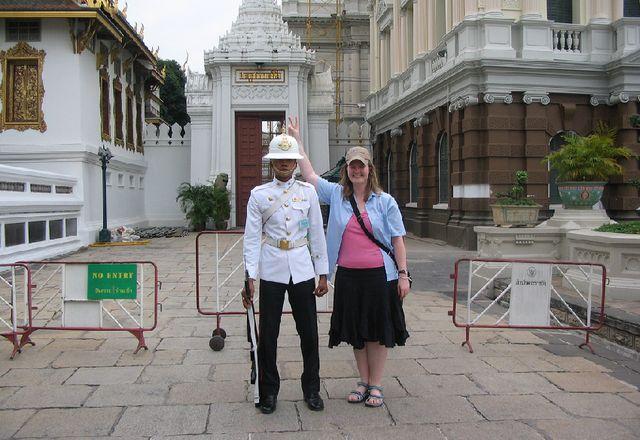Тайский военный и глупая девушка
