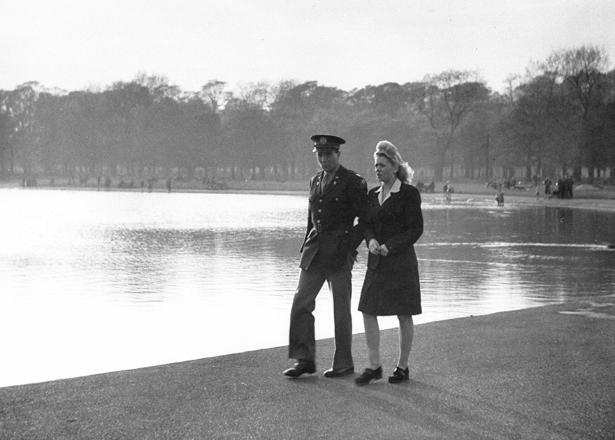 60 + 1 Heart-Warming Historical Pictures That Illustrate Love During War - A U.S. Officer And His Girl Walk By The Serpentine In Hyde Park, London, 1945