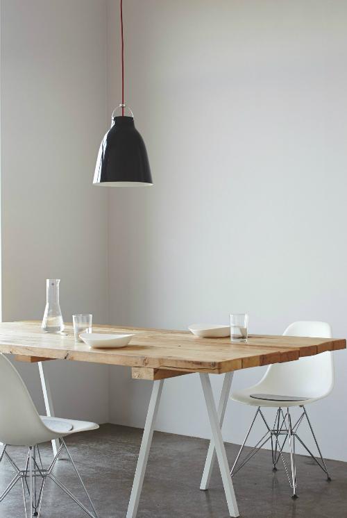 Tisch steht vor einer hellgrauen Wand