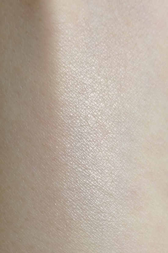 Rouge Bunny Rouge Highlighting Powder Loves Lights Goddess swatch