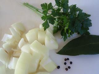 Cebolla, perejil, laurel y pimienta