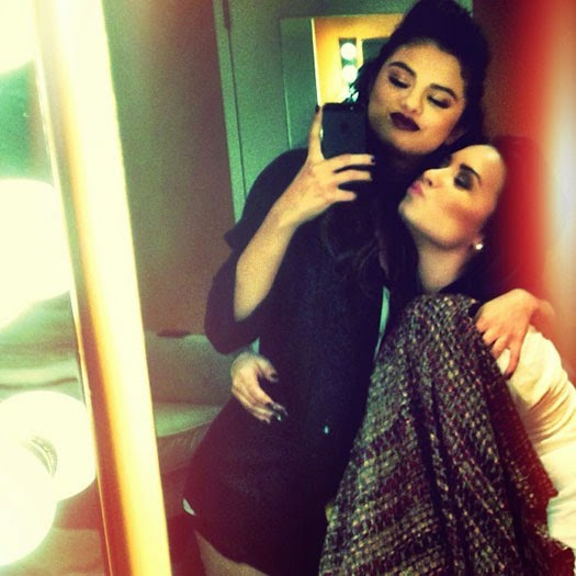 """19586e43f4c """"Por que você deixou de seguir sua melhor amiga Selena no Twitter """""""