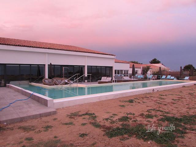 Hotel Atalante Relais piscina exterior y edificio de tratamientos