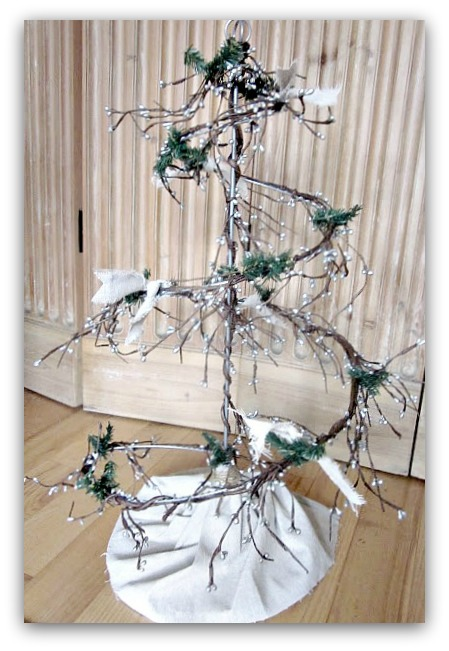 How to Make a Beautiful Wire Christmas Tree With Garland. Homeroad.net