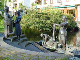 Das Denkmal der Waschfrauen. 4 Waschfrauen aus Bronze waschen ihre Wäsche in der Pader.