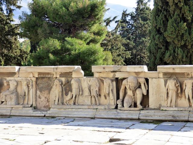 starożytne greckie płaskorzeźby z marmuru w Teatrze Dionisosa Akropol Ateny Grecja