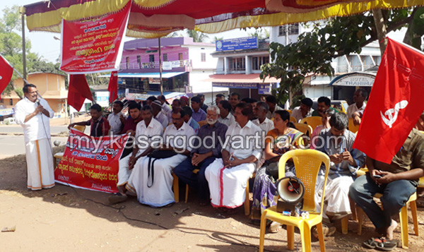 Kerala, News, Kasargod, Badiyadukka, Strike, Street vendors Strike in front of Panchayath office.