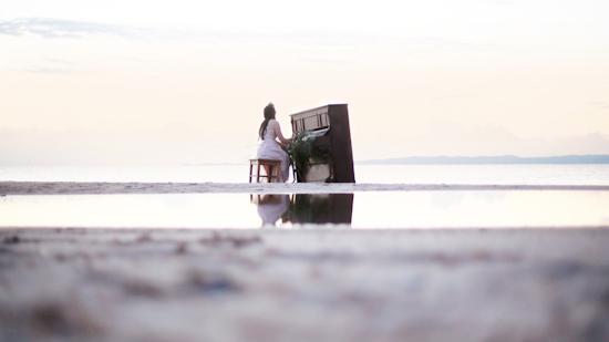 uma praia, uma noiva e um piano ensaio de noiva diferente