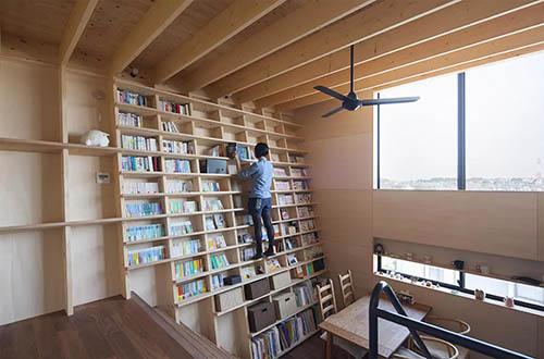 建築家の藤井信介さんがデザインした「登れる斜め本棚の家」