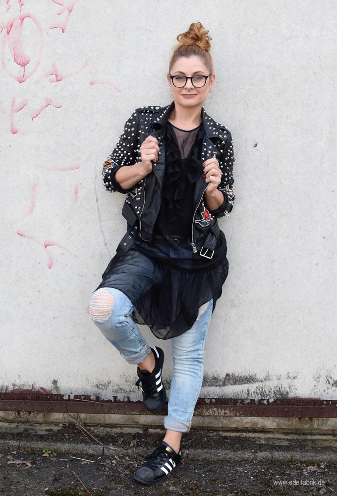 So style ich Adidas Sneaker mit Jeans und Lederjacke