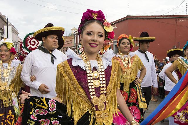 tehuana en desfile de delegaciones de guelaguetza