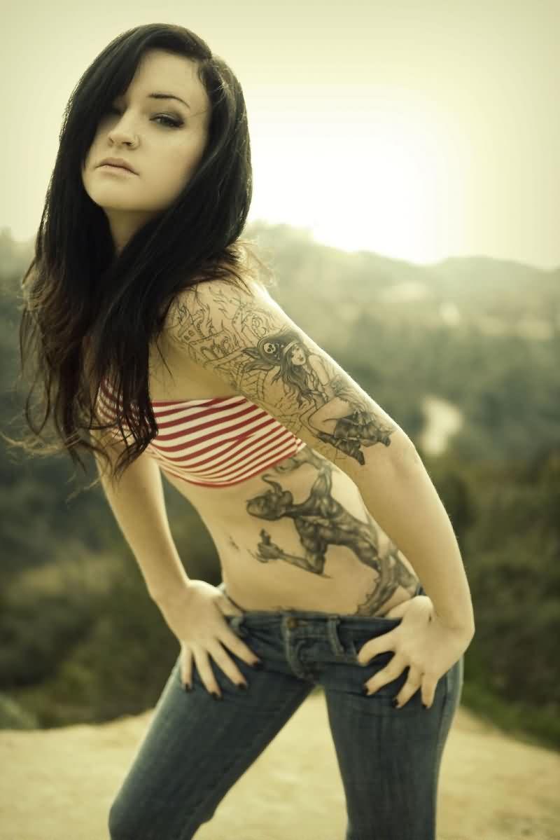 foto de mujer con tatuajes elegantes y bonitos